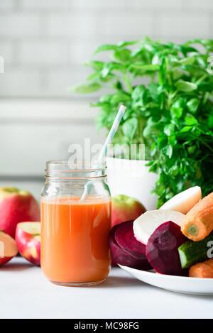 Jus frais, smoothies ou les fruits et légumes - pommes, carotte, betterave, céleri, concombre, verts, d'herbes. Végétarien, raw food concept, manger propre, det Banque D'Images