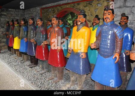 Les guerriers japonais qui montent la garde dans les jardins tropicaux de Monte Palace, Funchal, Madère, Portugal, Madère, PETER GRANT Banque D'Images