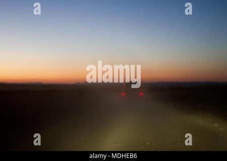 Les éleveurs de la conduite sur un ranch au Texas de l'ouest de la route avant l'AMJ sur leur façon d'un round-up Banque D'Images