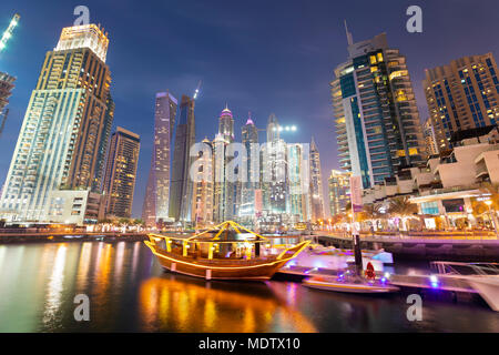 Une architecture moderne avec des visites ci-dessous boutre tours éclairées la nuit dans le port de plaisance de Dubaï, Dubaï, Émirats arabes unis, Moyen Orient Banque D'Images