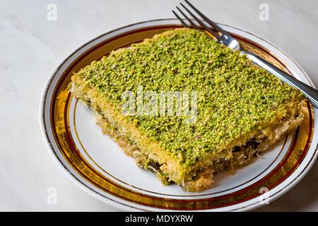 Dessert traditionnel turc avec la poudre de pistache Kadayif. Concept de dessert. Banque D'Images