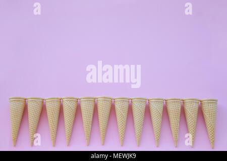 Cornet de crème glacée sur fond rose Banque D'Images