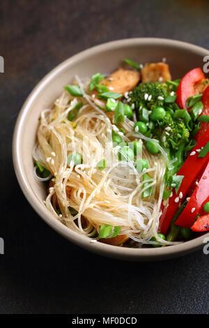 Nouilles au poulet frit et des légumes, de l'alimentation libre Banque D'Images