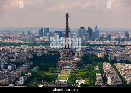 Vue aérienne de la Tour Eiffel, du Champ de Mars et de la Défense, le contexte comme vu de la Tour Montparnasse à Paris, France. Banque D'Images