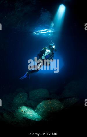 Scuba Diver silhouette dans la Grotte Verte, l'île de Vis, Croatie, Mer Adriatique, Mer Méditerranée Banque D'Images