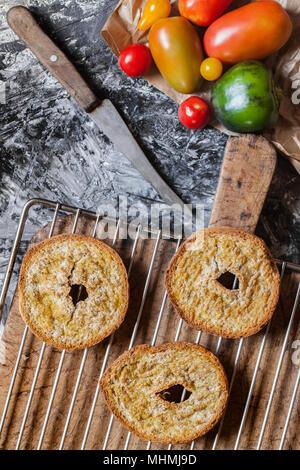 Frisella italien pain, un tarallo de blé dur cuit au four, coupées en deux horizontalement et encore une fois cuit au four. Banque D'Images
