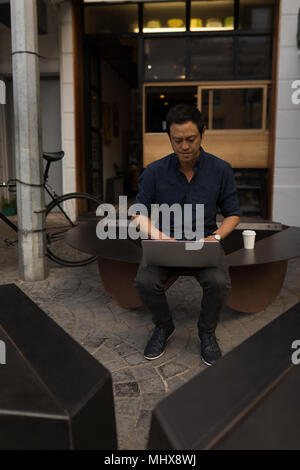 Businessman using laptop in the coffee shop Banque D'Images