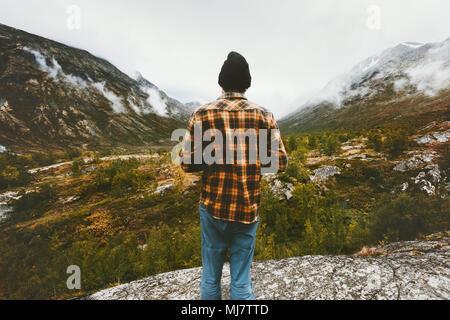 Homme debout seul dans les montagnes de la forêt de brouillard enjoying view Travel adventure concept de vie vacances actives en Norvège Banque D'Images
