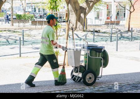 Lisbonne, 25 avril 2018: un nettoyeur professionnel travaille sur une rue de la ville. Nettoyage du territoire et en prenant soin de bien-être écologique Banque D'Images