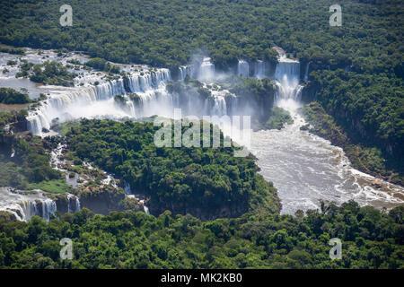 Vue aérienne de l'Iguassu Falls Iguacu ou - le plus grand système de cascade à la frontière du Brésil une Argentine Banque D'Images