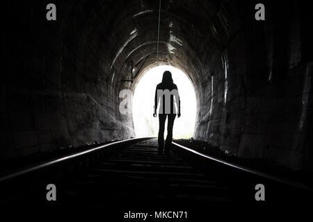La sortie de darknes - Light à la fin du tunnel Banque D'Images