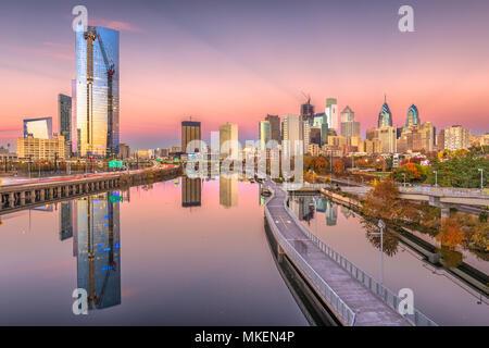 Philadelphie, Pennsylvanie, USA centre de ville sur la rivière Schuylkill au crépuscule. Banque D'Images