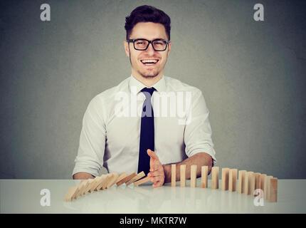 Arrêt de l'homme d'effet domino. Concept pour la solution d'affaires, la stratégie et le succès de l'intervention Banque D'Images