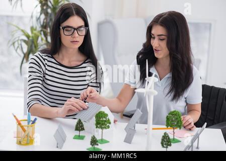 Smart femmes ingénieurs l'installation de panneaux solaires Banque D'Images