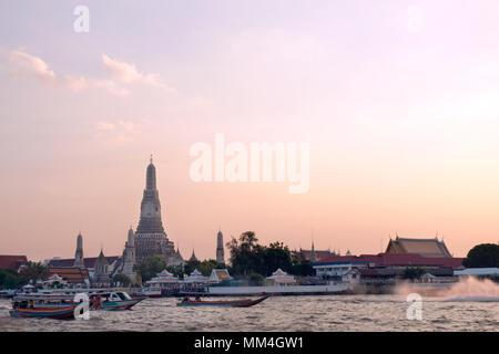 Wat Arun lieux religieux bouddhiste au coucher du soleil. Banque D'Images