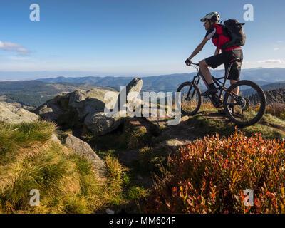 Vélo de montagne Vélo de course sur sentier unique sur Ringelbuhlkopf, Alsace, France Banque D'Images