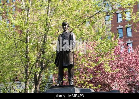 Farragut Monument est entouré par de beaux arbres de printemps dans le Madison Square Park, NYC, USA Banque D'Images