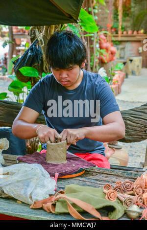 Lopburi, Thaïlande - Juillet 21, 2013: la poterie artisanale de poupées et sculptures d'animaux à partir de l'argile dans l'atelier à Lopburi, Thaïlande Banque D'Images
