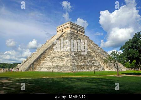 Pyramide Maya d'El Castillo dans le site du patrimoine de l'UNESCO de Chichen Itza, Merida, Yucatan, Mexique Banque D'Images