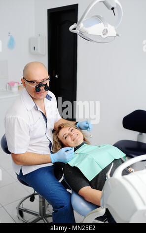 Femme à la réception chez le dentiste Banque D'Images