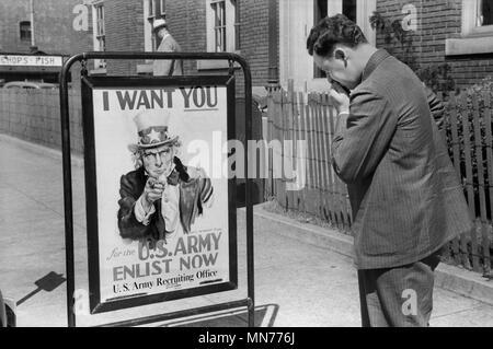 L'homme à la recherche de l'armée américaine en signe de recrutement, Benton Harbor, Michigan, USA, John Vachon Farm Security Administration pour Juillet 1940 Banque D'Images