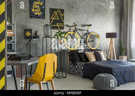 Télévision Hipster en gris avec le bureau et chambre à coucher combinées Banque D'Images