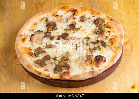 Pizza aux champignons et au jambon sur fond de bois Banque D'Images
