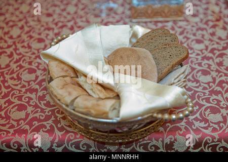 Bruschetta de pain croûté en bol en bois . Pain haché dans un bol en cuivre Banque D'Images