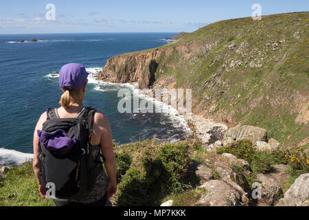 Walker sur la côte sud-ouest à la recherche du chemin vers Cape Cornwall de la voie au-dessus de Polpry Cove, Cornwall, UK. Banque D'Images