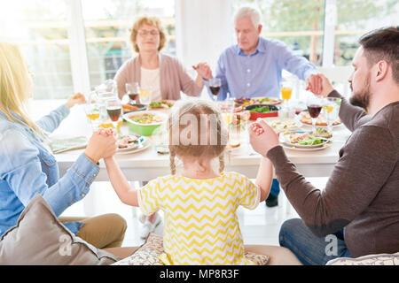 Prier en famille à dîner en famille Banque D'Images