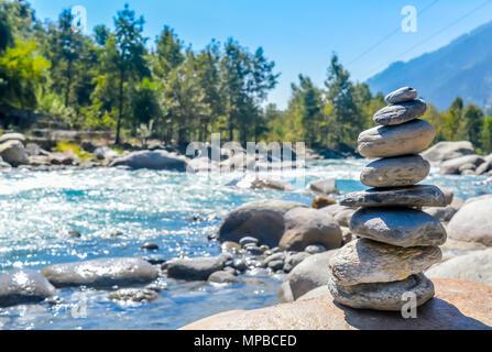 L'équilibre et le bien-être spa concept rétro, inspiration, zen et de bien-être composition tranquille. Close-up de cailloux blancs pierres équilibré de la pile Banque D'Images
