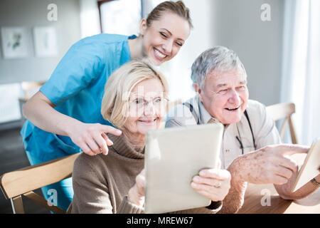 Senior couple comprimés en maison de soins. Banque D'Images