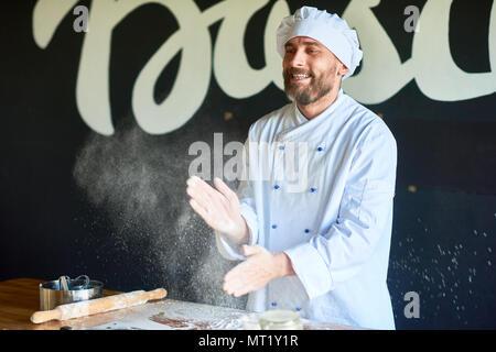 Baker dans la cuisine Banque D'Images