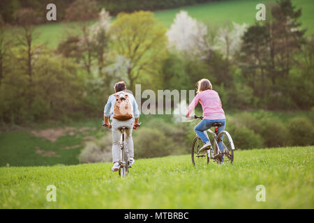 Beau couple avec des vélos vélo à l'extérieur au printemps la nature. Banque D'Images