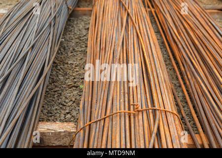L'armature pour béton construction Travaux publics. L'induit sont couverts de rouille. L'entreposage extérieur Banque D'Images
