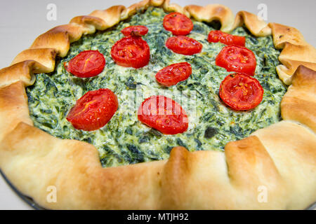Salade végétarienne gâteau à pâte feuilletée, épinards, fromage ricotta et tomates Banque D'Images