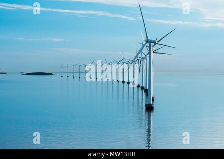 Windmill farm dans la mer avec réflexion matin Banque D'Images