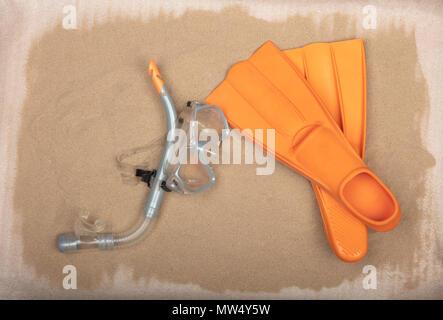 L'équipement de plongée-tuba, masque de plongée orange et des palmes sur fond de sable. Banque D'Images