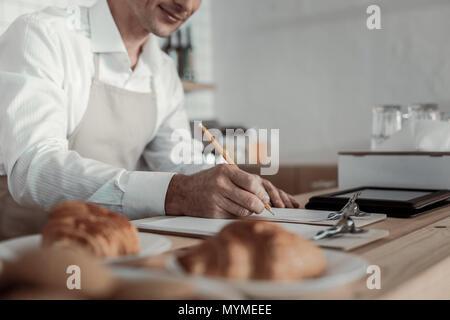 L'accent sur la photo que la main des hommes sous forme de remplissage Banque D'Images