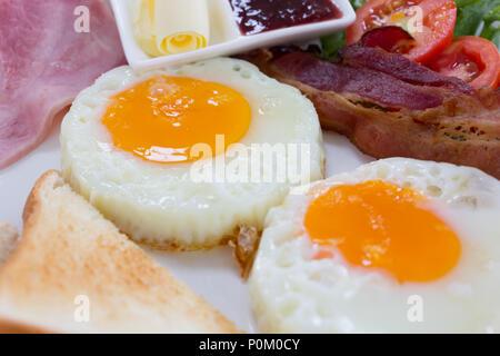 Petit-déjeuner ensoleillé œuf frit sur un plat blanc, matin temps. Banque D'Images