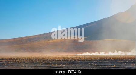 Quatre roues motrices, une croisière à travers l'Altiplano de Bolivie Uyuni près de la télévision sel et le désert d'Atacama au Chili, en Amérique du Sud. Banque D'Images