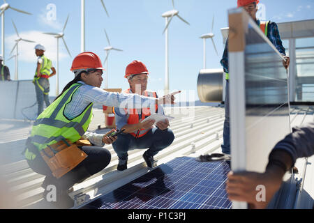 Parlons femmes ingénieurs, examinant des panneaux solaires au power plant Banque D'Images