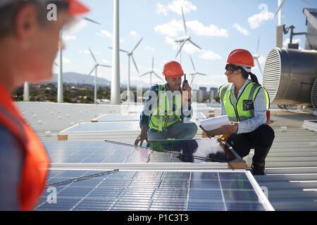 L'examen des ingénieurs des panneaux solaires à l'énergie alternative power plant Banque D'Images