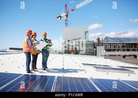 Plan avec les ingénieurs à panneaux solaires sunny power plant Banque D'Images