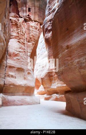 Le Siq, étroite gorge, qui a résulté de la division naturelle de la montagne, mène à une ancienne ville de Petra, Jordanie Banque D'Images