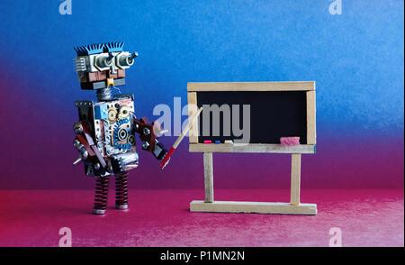 L'enseignant explique la théorie moderne du robot. Intérieur en classe avec tableau noir vide. Arrière-plan de couleur bleu violet rose. Banque D'Images