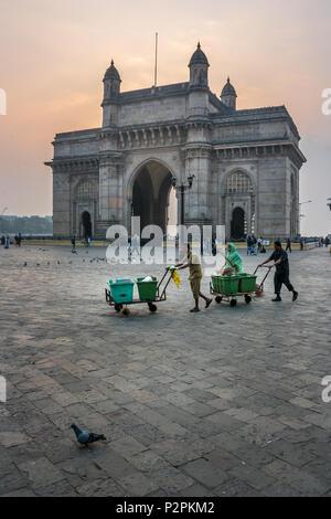 MUMBAI, INDE - Le 14 janvier 2017 - Balayeuses marchant devant porte de l'Inde après le nettoyage de rues de Mumbai Banque D'Images