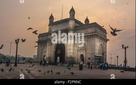 MUMBAI, INDE - Le 14 janvier 2017 - personnes non identifiées à pied et les pigeons voler autour de la porte de l'Inde Banque D'Images