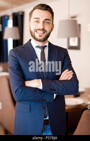 Propriétaire de restaurant avec succès dans son établissement Banque D'Images