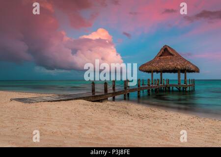Des nuages au-dessus de l'eau en bois Villa à Cap Cana, République dominicaine. Banque D'Images